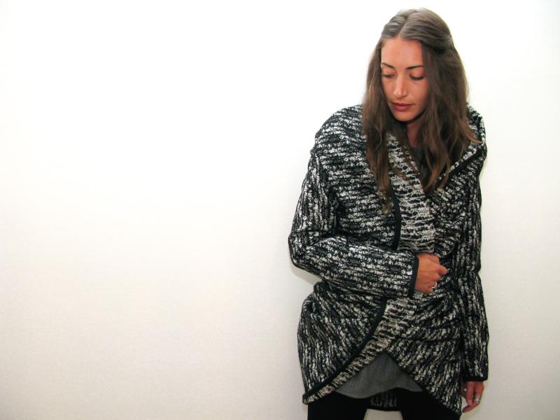 CAPPOTTO SARA<br />Realizzato in lana bouclè con rifinitura grossgrain <br />€ 85